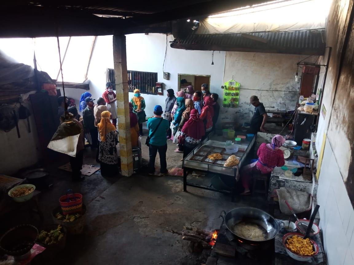 Kegiatan Pelatihan Pengolahan Pangan Produk Lokal (Kripik Pisang)  di UD. Maharani Desa Senduro